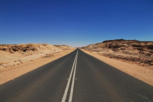 A estrada sobre o desfiladeiro no deserto do saara, sudão