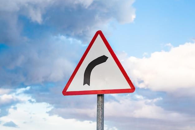 A estrada vira para o sinal de trânsito certo
