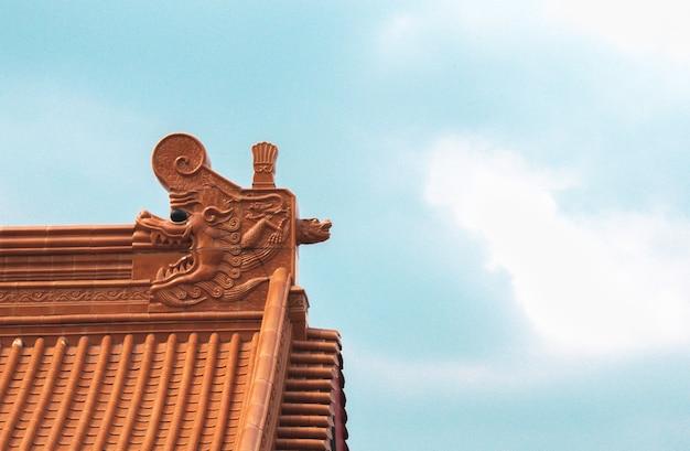 A estrutura da arquitetura de um templo chinês com céu azul.