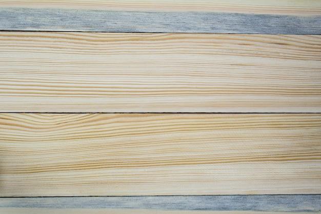 A estrutura da superfície de madeira de placas de pinho claro dispostas horizontalmente em close-up.