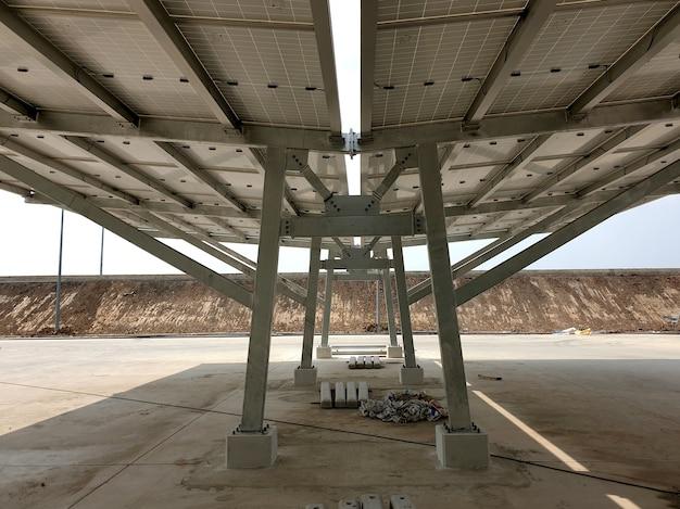 A estrutura de aço da instalação de garagem solar