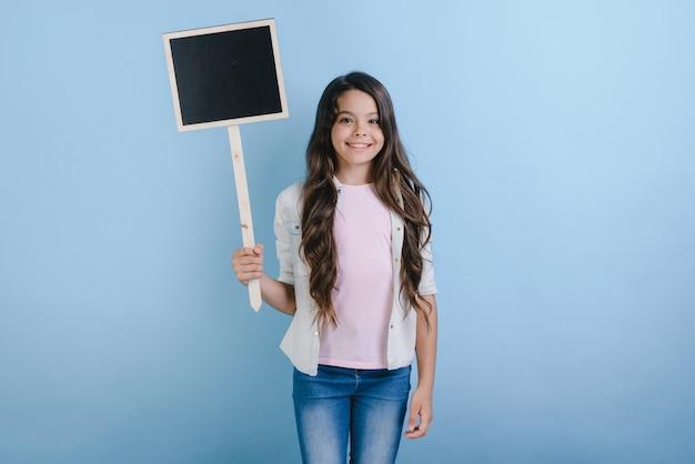 A estudante está segurando um tabuleiro vazio nas mãos dela.