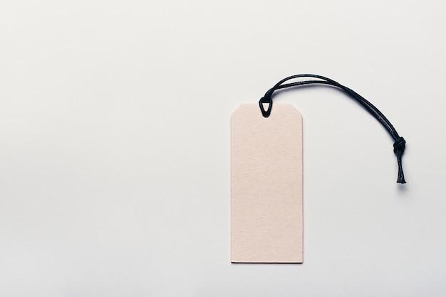 A etiqueta de preço feita de papelão está vazia, sem inscrições em uma luz