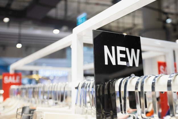 A etiqueta nova na roupa submete na loja da roupa da mulher.
