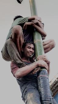 A expressão de um menino brincando de greasy pole