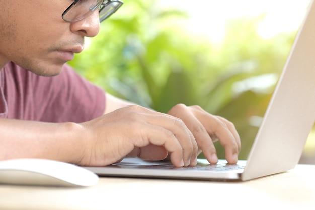 A expressão dos homens quando se trabalha em frente a um computador