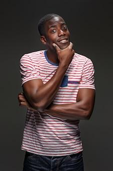 A expressão feliz do homem negro