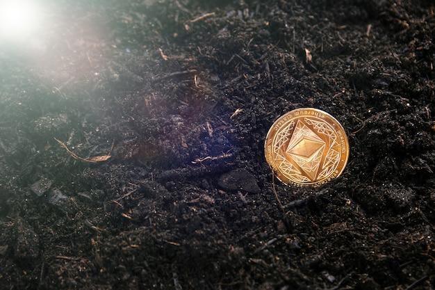 A extração do ethereum da criptomoeda faz você cavar mais fundo na terra. conceito de criptografia do mineiro
