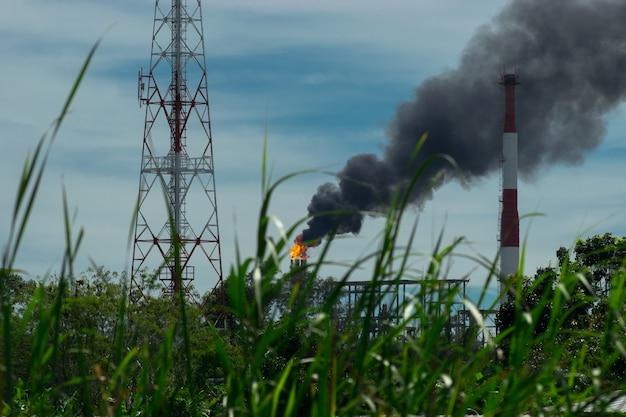 A fábrica está liberando fumaça.