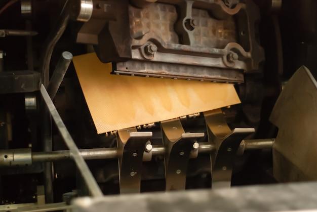 A fabricante de waffles industriais produziu uma folha de wafer recém-assada