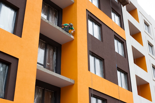 A fachada da casa em construção com varanda e gesso decorativo colorido