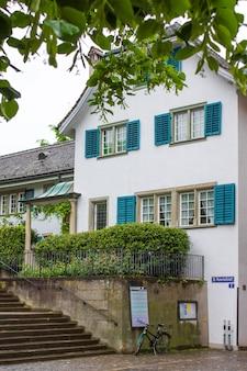 A fachada da casa, windows com shutte
