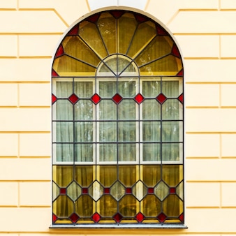 A, fachada, de, um, antiga, predios, com, janelas vidro colorido