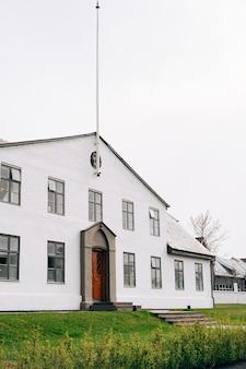 A fachada de um edifício branco de dois andares em reykjavik, capital da islândia