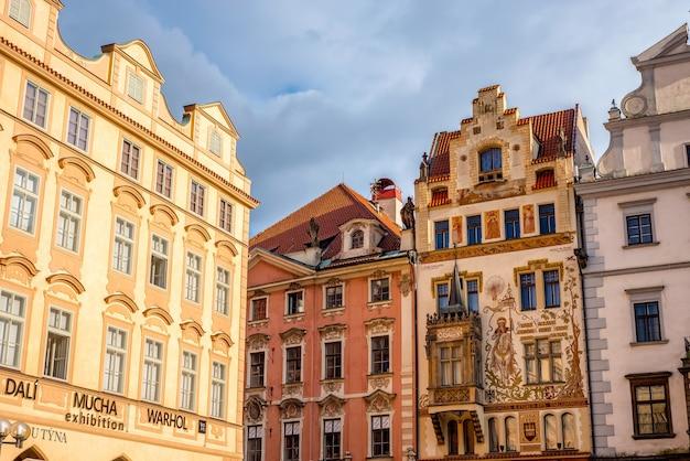 A fachada de um edifício decorado no lado sul da praça da cidade velha de praga, república tcheca