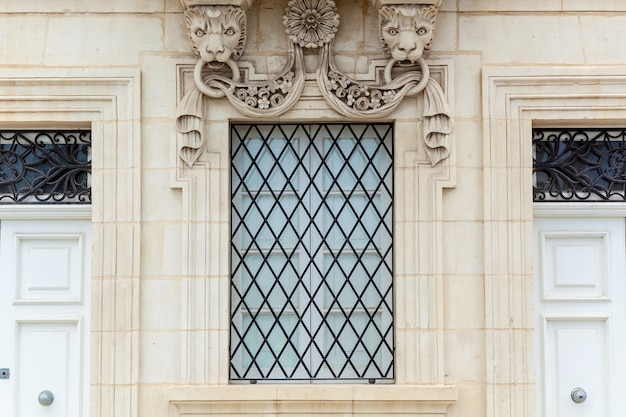 A fachada de um edifício histórico com elementos decorativos de pedra uma janela antiga