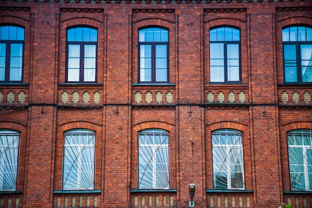 A fachada do edifício de tijolos vermelhos com janelas