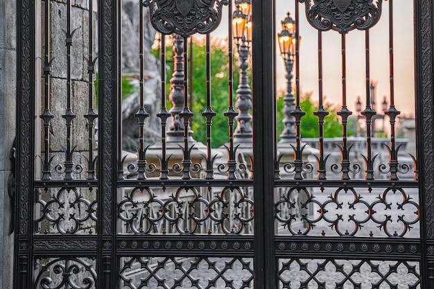 A fachada do portão é feita de ferro forjado preto. cerca metálica de aço forjado.