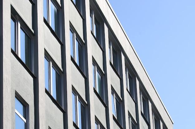 A fachada do prédio com janelas