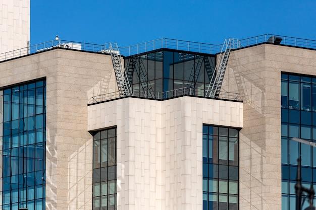 A fachada é um edifício moderno com linhas simples e janelas retangulares. arquitetura moderna