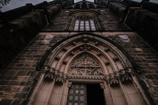 A fachada externa da torre da pólvora em praga