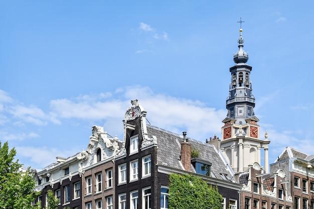A fachada gótica dos edifícios em amsterdã