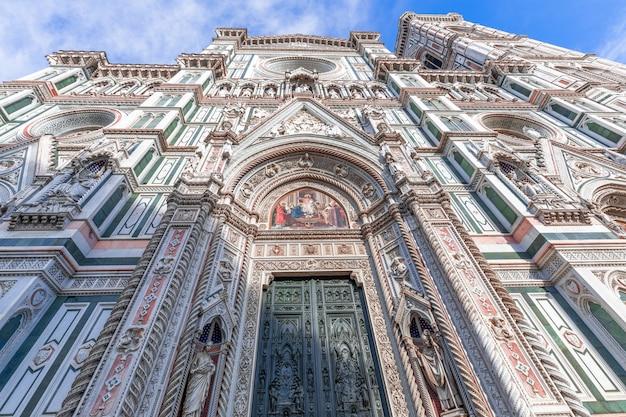 A fachada ricamente decorada da famosa catedral de florença (cattedrale di santa maria del fiore) florença, itália