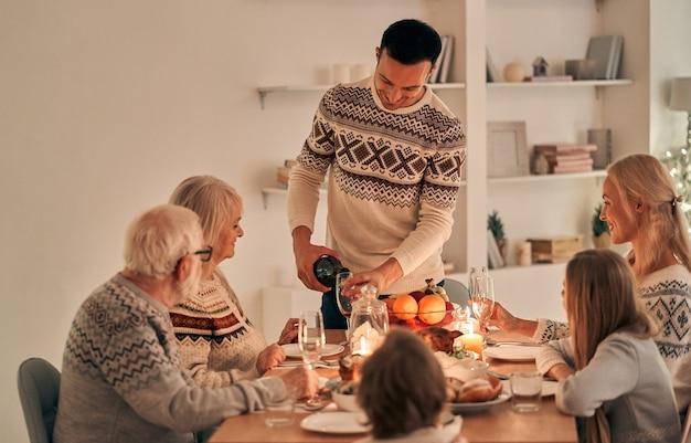 A família a jantar de natal