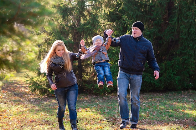 A família caminha no parque no outono
