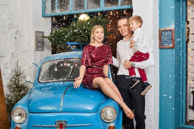 A família celebra o natal e o ano novo. mãe pai e filho se abraçam, feriado em família