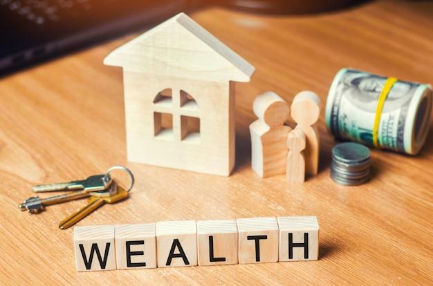 A família com dinheiro está de pé perto de sua casa