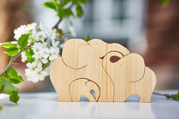 A família de elefantes de madeira. passatempo, cortando com um quebra-cabeças.