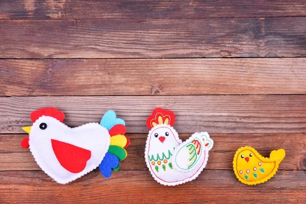 A família do frango no fundo de madeira