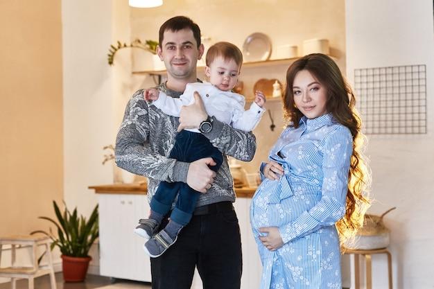 A família está esperando um segundo filho. homem e mulher, marido e mulher se preparam para o aparecimento do bebê. família grande e feliz, mãe grávida. rússia, sverdlovsk, 25 de fevereiro de 2019