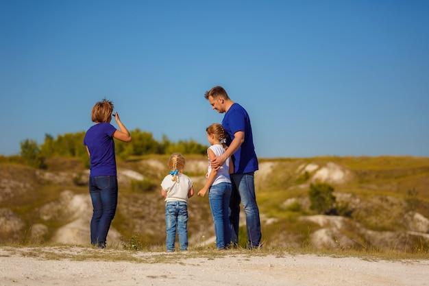 A família leva um estilo de vida ativo e passa tempo com as crianças na natureza. estilo de vida ativo.