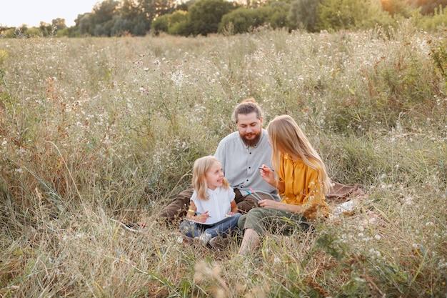A família no piquenique da caminhada está feliz junto. valores de família