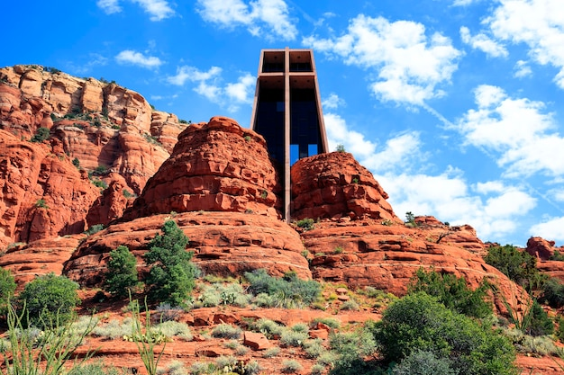 A famosa capela da santa cruz situada entre rochas vermelhas em sedona