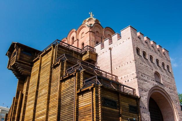 A famosa golden gates em kiev sobre o céu limpo azul no tempo ensolarado