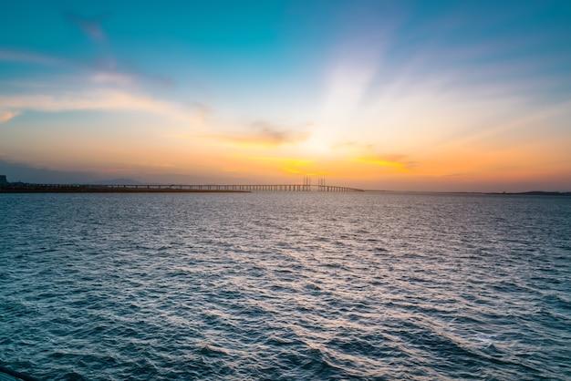 A famosa ponte estaiada da china, a ponte jiaozhou bay sea-crossing em qingdao, província de shandong e o cenário do mar