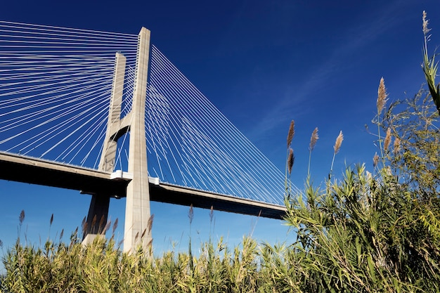 A famosa ponte vasco da gama em lisboa, portugal