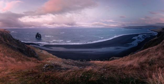 A famosa rhino rock nomeou hvitserkur ao lado de osar no norte da islândia.