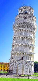 A famosa torre inclinada de pisa. itália.