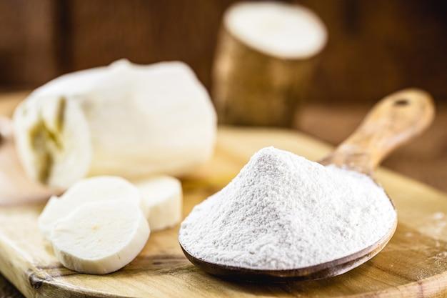 A farinha de mandioca brasileira, chamada de polvilho, fécula de mandioca, carimã ou goma, é o amido da mandioca.