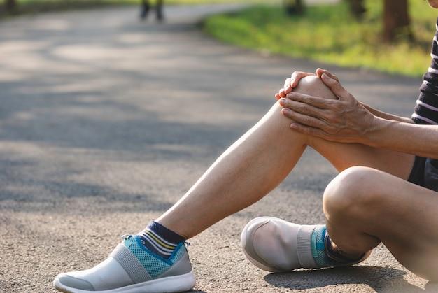 A fêmea se agarra a uma perna ruim. a dor na perna dela. saúde e conceito doloroso.
