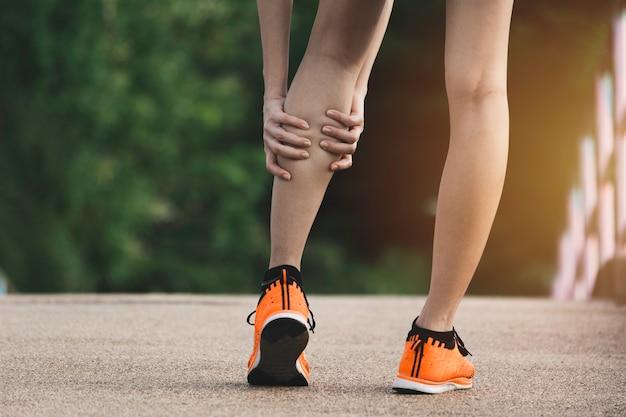 A fêmea se apega a uma perna ruim. t