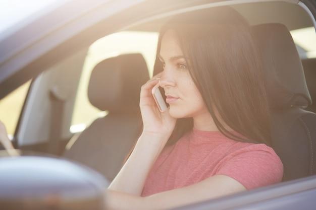 A fêmea tem conversa telefônica através do telefone móvel moderno