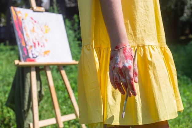 A, femininas, mão, de, a, artista, manchado, em, pintura, segura, um, escova