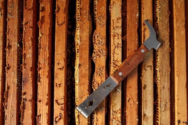 A ferramenta do apicultor coloca na colméia de madeira aberta.