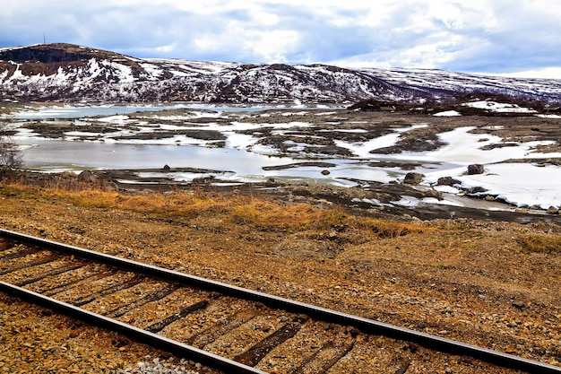 A ferrovia, lago e montanhas, noruega, escandinávia