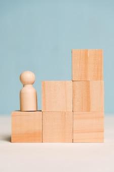 A figura de uma árvore em cubos sobe sobre um fundo azul. o conceito do início do caminho para a meta, sucesso. fechar-se.